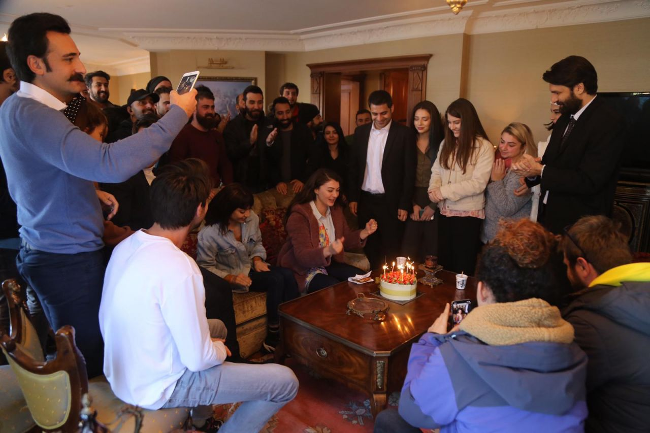Burcu Özberk yeni yaşını sette kutladı - Sayfa:3