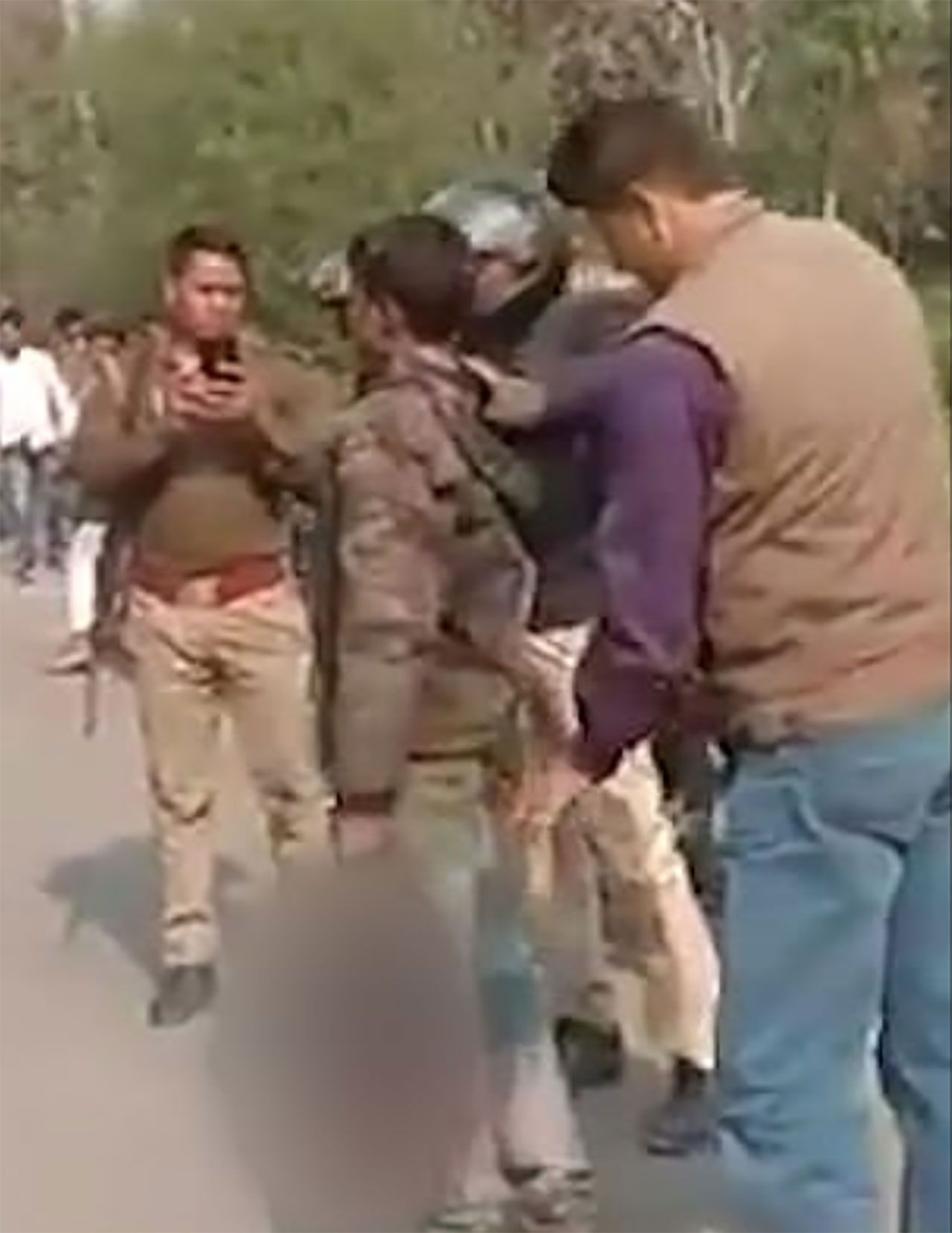 Hindistan'da karısını öldüren adam, karısının kafasını kesip yanına aldıktan sonra karakola kadar yürüdü - Sayfa:4