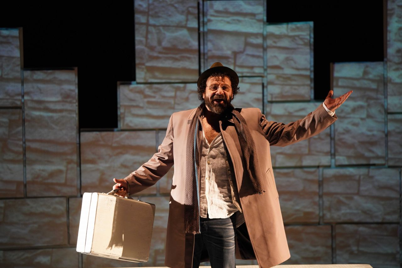 Reha Özcan'ın yeni oyunu tiyatroseverlerle buluştu - Sayfa:1