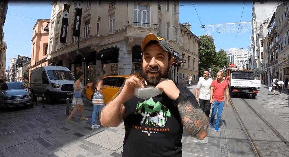 Çılgın komedyen Taksim Meydanı'nda soyundu - Sayfa:1