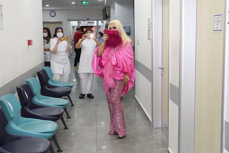 Banu Alkan sahne kıyafetiyle hastanede - Sayfa:1