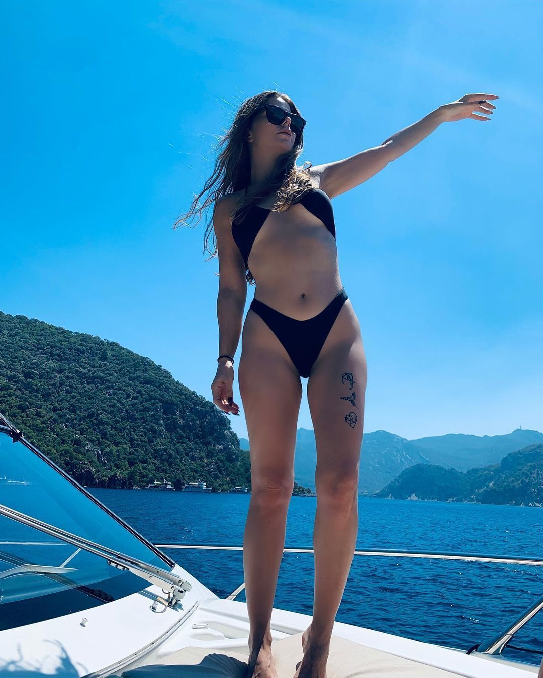 Miş Miş, Öpücam, As Bayrakları gibi hit şarkılar yapan Simge Sağın'ın tekneden paylaştığı fotoğrafları beğeni rekoru kırdı. - Sayfa:1
