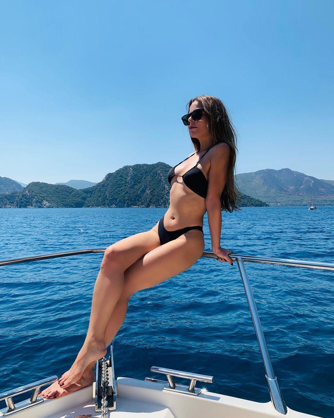 Miş Miş, Öpücam, As Bayrakları gibi hit şarkılar yapan Simge Sağın'ın tekneden paylaştığı fotoğrafları beğeni rekoru kırdı. - Sayfa:3