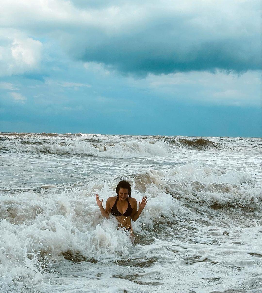 Hande Doğandemir'in dalgalarla imtihanı! Bikinili pozlarıyla sosyal medyayı salladı - Sayfa:2