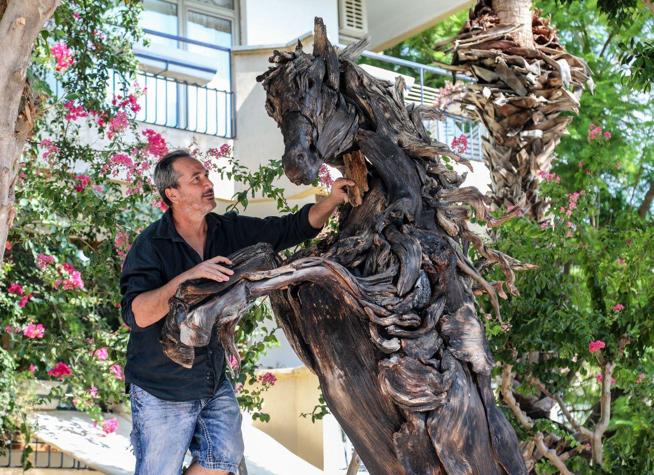 Antalyalı Adnan Ceylan, Manavgat'taki yangında zarar gören ağaçlardan at yaptı! - Sayfa:10