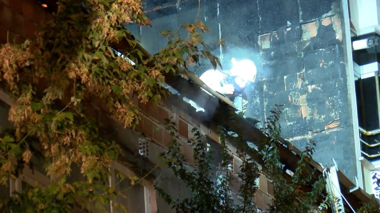 İstanbul'in Esenyurt ilçesinde sokak düğününde atılan havai fişekler evi yaktı - Sayfa:1