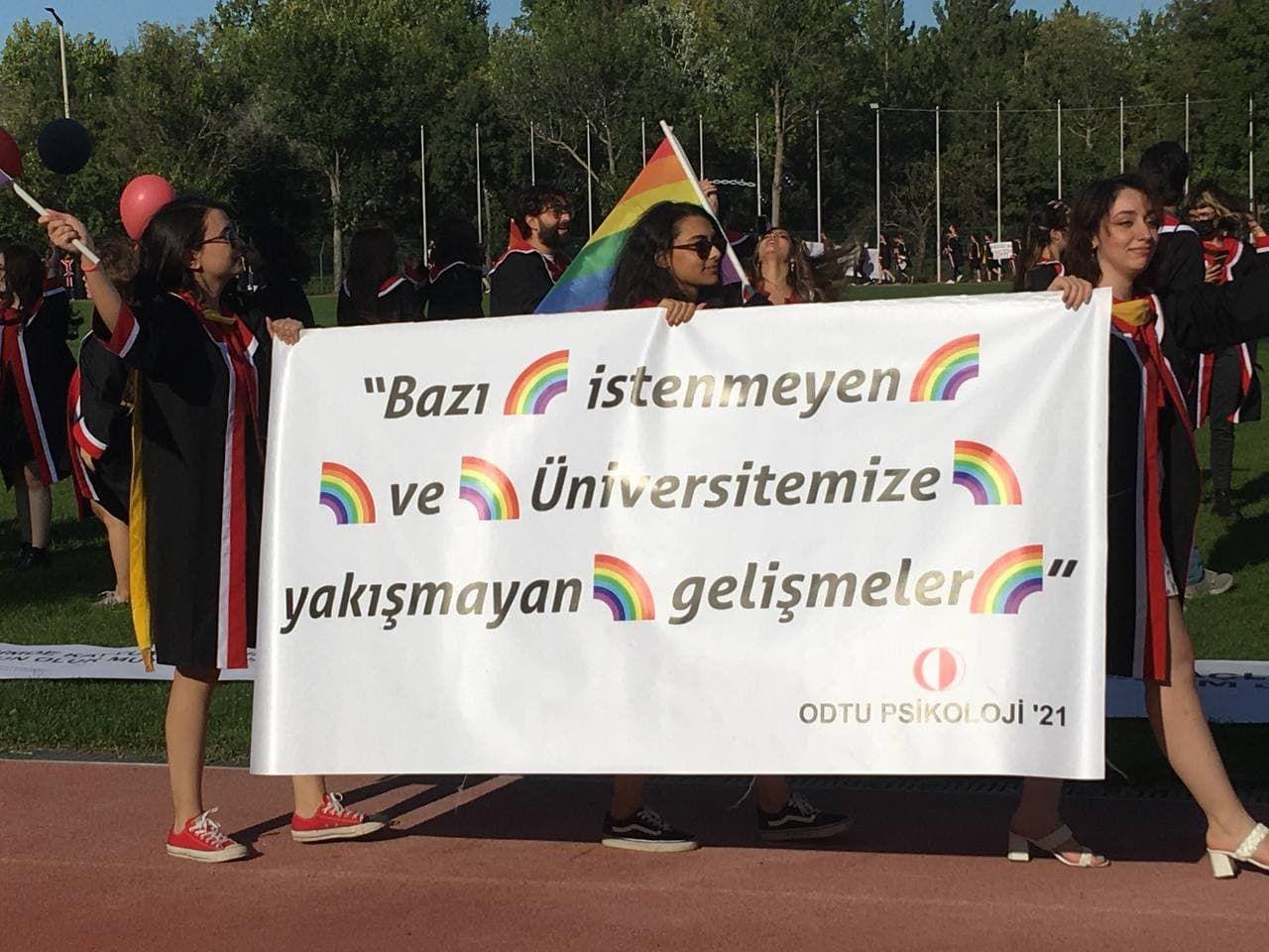 ODTÜ mezuniyet törenine pankartlar damga vurdu! ODTÜ'lü gençlerden Erdoğan ve AK Parti'ye ince mesajlar! - Sayfa:1