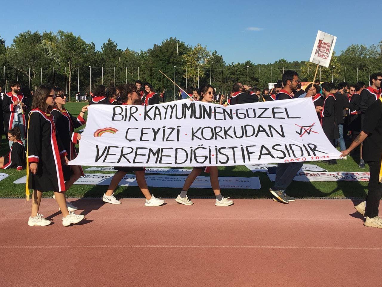 ODTÜ mezuniyet törenine pankartlar damga vurdu! ODTÜ'lü gençlerden Erdoğan ve AK Parti'ye ince mesajlar! - Sayfa:2