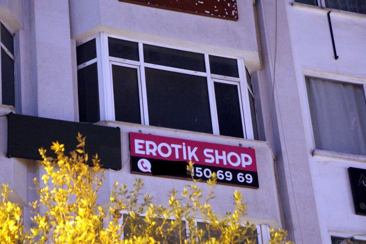 Öğrencilere 'erotik' operasyon... Bolu'da iki öğrenci erotik shop dükkanı açtı, halk ayaklandı! Polis ve belediye harekete geçti. Ne mi oldu? O tabela indirildi - Sayfa:2