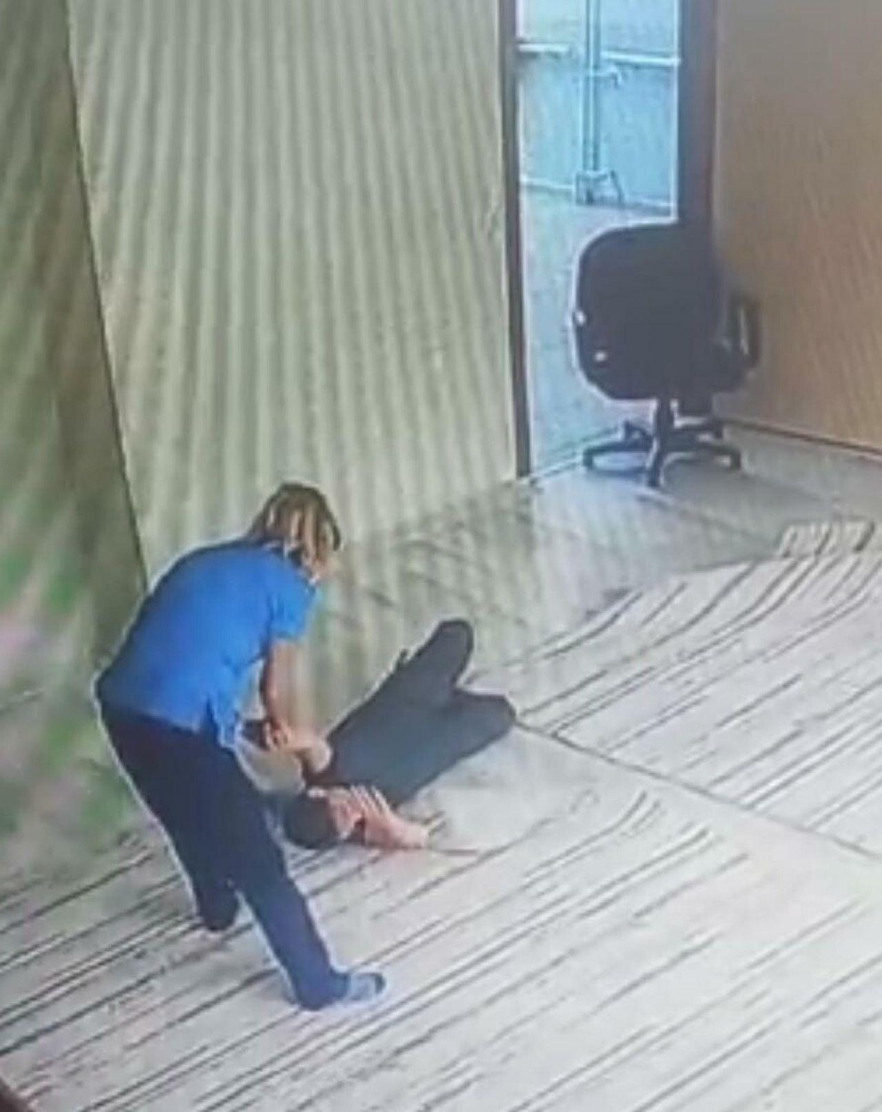 12 yaşındaki engelli öğrencinin yüzüne ayağıyla vurdu, kollarından tutup yüzüne bastırdı! Tutuklanan Aslı Gümüş'ün görüntüsü ortaya çıktı, darp iddiasını yalanladı - Sayfa:2