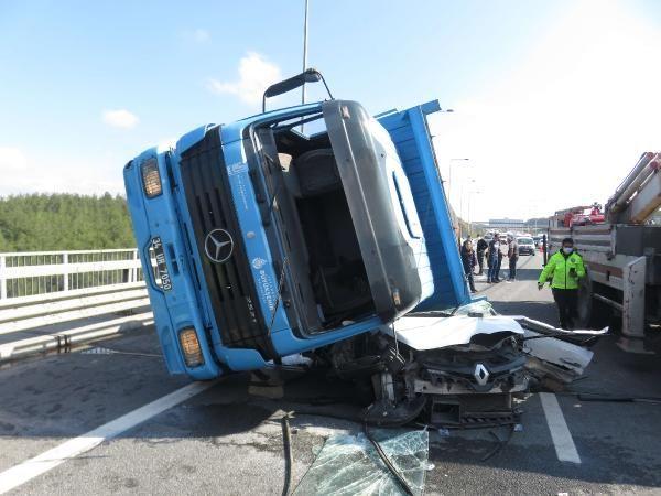 İstanbul'da korkunç kaza: Beton blok taşıyan tır, arabanın üzerine devrildi - Sayfa:1